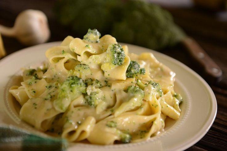 La pasta con broccoli e Philadelphia è un primo piatto molto goloso, cremoso ed invitante seppure nella sua semplicità. Vediamo insieme come prepararla