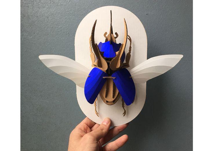 Puzzle 3D - Chalcosoma atlas Scarabée Rhinocéros bleu électrique par Assembli. Construisez vous même avec ce kit 3D votre insecte avec des formes prédécoupés en papier et carton.