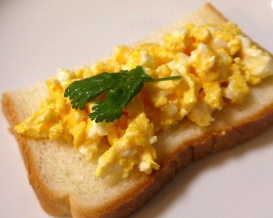 行楽シーズン。サンドイッチを作ってお出かけする人も増えるのでは? サンドイッチの定番と言えば卵サンド。でも、卵サンドの中身って作るのに時間がかかりますよね。ゆ …