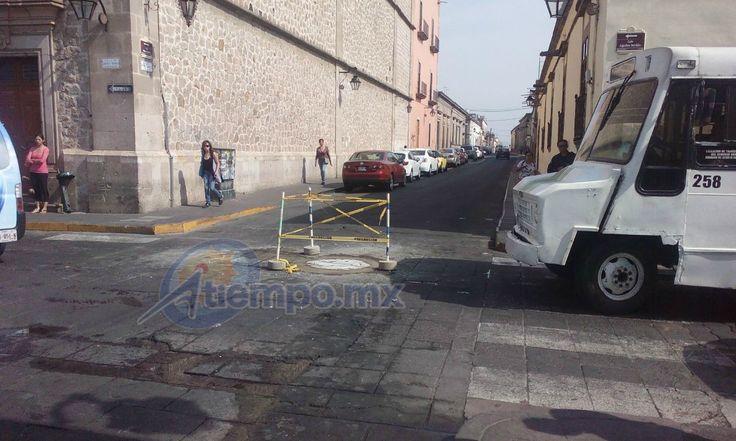 Los trabajos fueron realizados por personal del OOAPAS, en la esquina que forman las calles Aquilés Serdán y Pino Suárez – Morelia, Michoacán, 07 de abril de 2016.- La reparación ...