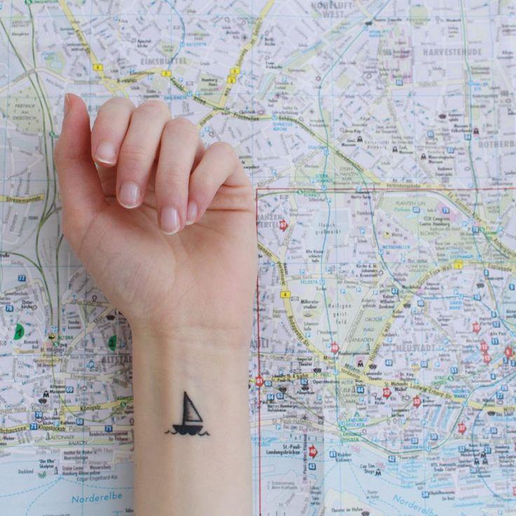 Tatuaje minimalista barco