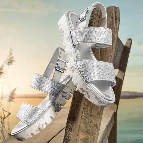 Zilveren sandalen van Gabor op een plateauzool. De banden zijn afgewerkt met pailletten en een metallic coating. #Gabor #silver #metallic #sandal #pailletten