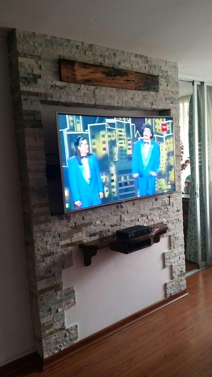 Mural para TV empotrado fabricado con piedra rustica y repisa volante en madera pino vitrificado
