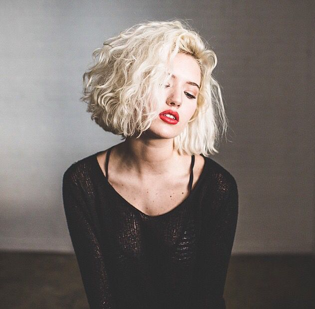 Blond hair style Mais