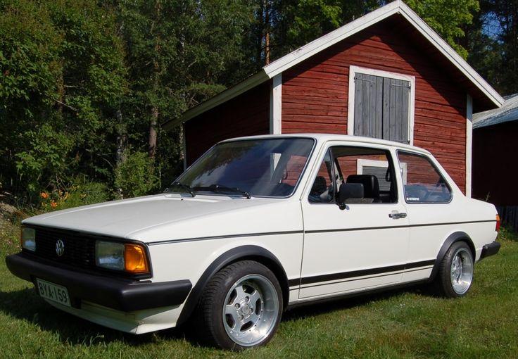 Markku on pistänyt pari vuotta tämän -84 Jetan kunnostamiseen. Projektissa Jetta sai mm. uuden Audi 1,8 T moottorin ja uuden värin pintaansa. Markun eka maalausprojekti ja paikkana oli kuulemma autotalli:)
