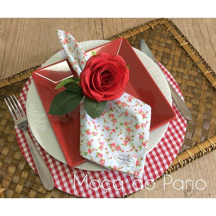 Capa para Sousplat xadrez vermelho e branco, com guardanapo floral e porta guardanapo.