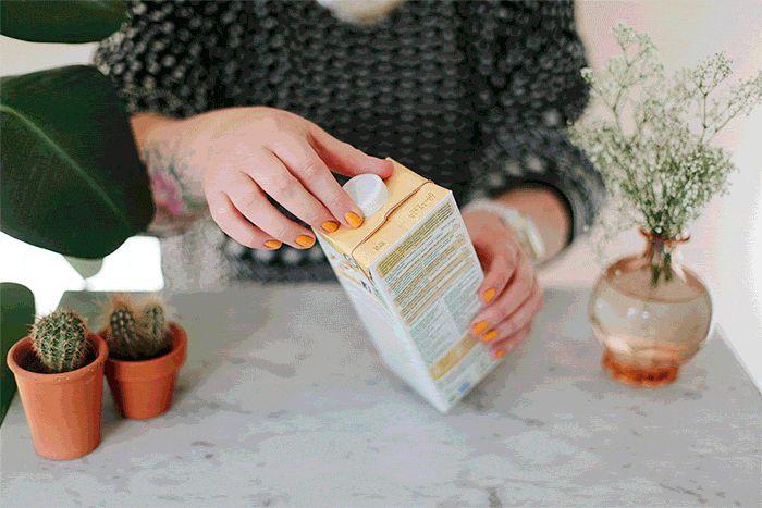 Lege drankverpakkingen vouwen voor het milieu (lege blikjes verpletteren helpt trouwens ook).  http://www.degroenemeisjes.nl/minder-afval-drankenkartons-recyclen/