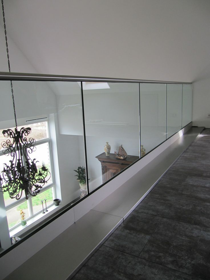 Cre er een veilige situatie met onze glas balustrades door het heldere glas houd u de grote en - Scheiden een kamer door een gordijn ...