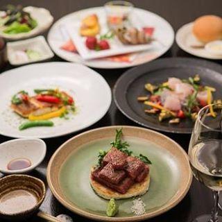 【お食事】 コース料理のご紹介。 7,560円〜国産牛のステーキセットからお肉のスペシャルコースまでございます。 仙台牛・宮崎牛を中心に厳選した黒毛和牛をお楽しみいただけます。前菜からメイン。そしてデザートまで満足していただけるコース内容となっております。 #loiseaubleu#ロワゾブリュウ#相模原鉄板焼き#特選黒毛和牛#肉#コース料理#仙台牛#宮崎牛#A5#ワイン