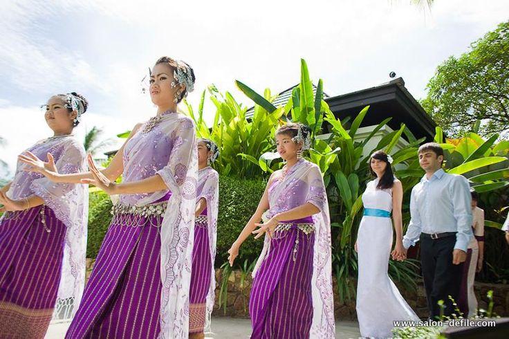 Надеть традиционные балийские костюмы в день свадьбы жених