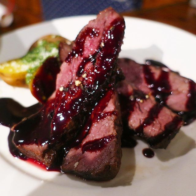 低価格帯バルが多い新橋で、肉イタリアンの「エッセンシャルクッキング」に行きました✨ 月末だから安いよ〜とカタコトの外国人スタッフさんが色んなボトルワインをオススメしてくれた✨ そして割引も✨ メイン料理も1500円超えるものがなく 気軽に立ち寄れるお店🙆✨ __ #エッセンシャルクッキング#新橋#銀座#東京#バル#イタリアン#肉#牛ハラミ#ステーキ#グルメ#食べログ#食べスタグラム#食テロ#飯テロ#フードアナリスト#tokyoanalyze