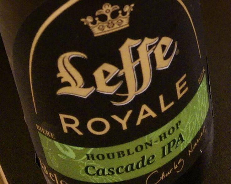 """De Leffe Royale Cascade onderscheidt zich door een levendig karakter, een intense frisheid en lichte citrustoetsen (citroen en gele pompelmoes). Door het proces van dry hopping is dit goudblond bier een echte IPA (een """"India Pale Ale"""" is een bier met een verhoogd hopgehalte) voor kenners."""