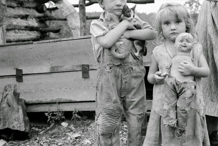 Ben Shahn - Children of destitute Ozark mountaineer, Arkansas, 1935