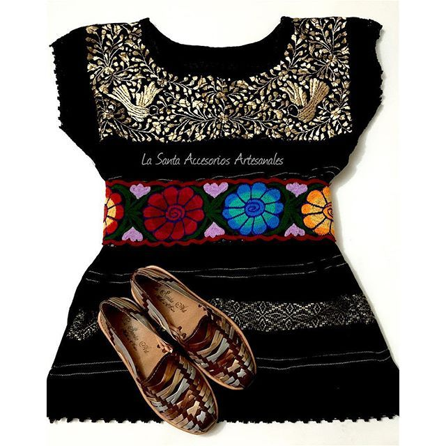 #mulpix #Outfit del día con •| Blusa de Telar con bordado Oro, hecha por artesanas Oaxaqueñas y fajo de flores haciendo juegos con #Huaraches modelo Ramona | ✨ #LaSantaArt #DiseñoMexicano #hechoamano #embroidered #borado #telar #zapatoArtesanal #ModaMexicana #VistetedeMéxico #México #Artesanal #tejidosenpiel #Embroidery #MexicanBrand #Vallarta #BySantaLizbeth se fueron a #Hidalgo