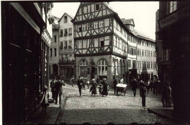 I primi scatti di Oskar Barnack nel 1914. Da allora alcune immagini scattate con una Leica hanno fatto la storia della fotografia.
