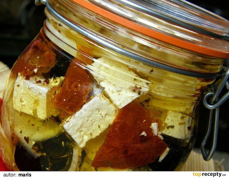 Sýr nakrájíme na menší kostičky, vložíme do dobře uzaviratelné sklenice, přidáme olivy, sušená rajčata, překrájená na menší kousky, proužky...
