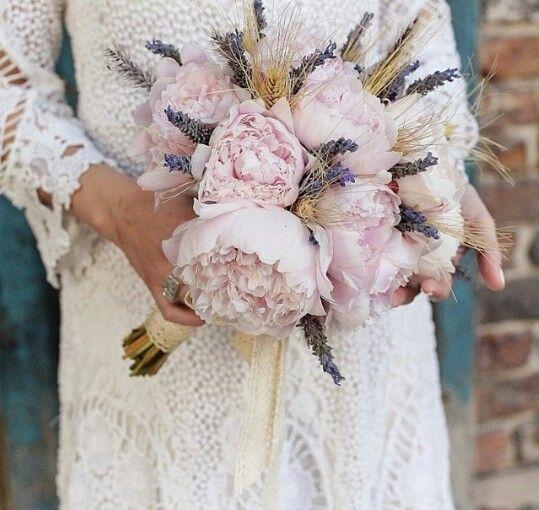 Precioso y original ramo de novia #peonias#lavanda