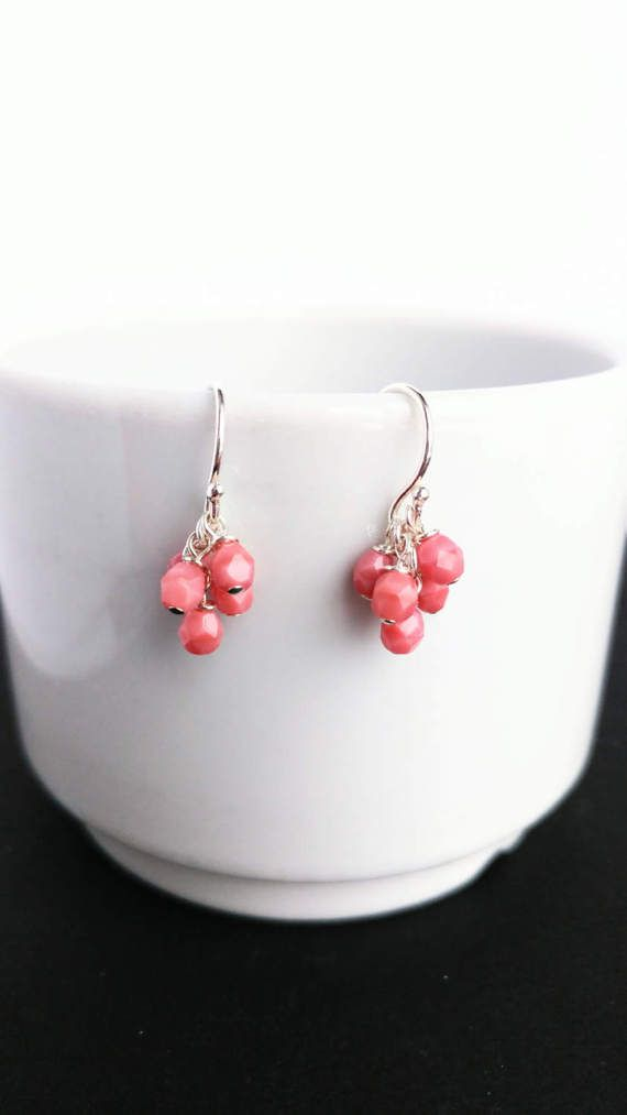 Minimalist pendant cluster earrings with five 4 mm fire-polished coral (pink) pearls and 14k gold filled or sterling silver rings and posts. These earrings are modern and luxurious!  Matching necklace: https://www.etsy.com/ca-fr/listing/506267524/collier-argent-collier-grappe-argent? White version earrings: https://www.etsy.com/ca-fr/listing/519744103/boucle-doreille-grappe-or-boucle? Black version earrings: https://www.ets...