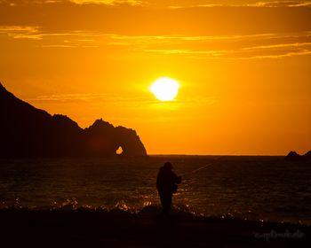 恋路ヶ浜から見る、日出の石門に上がる朝日。波の音をBGMに見る朝日、これもまた素敵です。「♪名も知らぬ 遠き島より流れよる 椰子の実ひとつ♪」という島崎藤村の抒情詩の舞台となったことでも有名です。