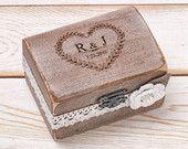 Anello di nozze anello scatola scatola anello cuscino portatore con Shabby Chic rosa rustico fienile in legno tela e pizzo amore regalo