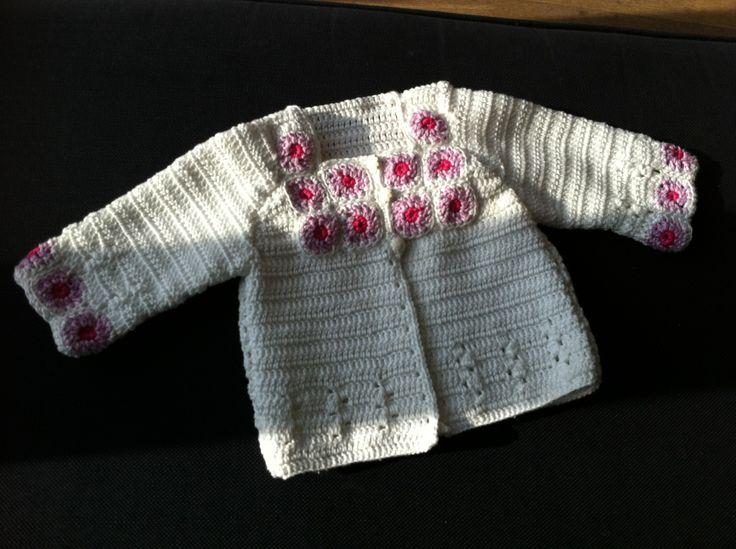 Mijn eerste haakwerkje. Een vestje voor nichtje Roos.