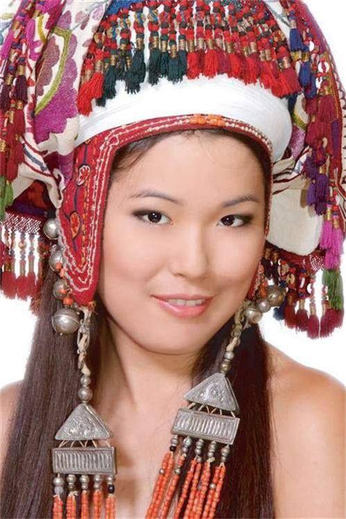 Kırgız TÜRK Kızı - Как менялось национальное платье кыргызских девушек Важнейшим символом кыргызской женщины, безусловно, всегда являлся её наряд. На его изменение повлияло множество факторов, включая переход от кочевой жизни к оседлой.