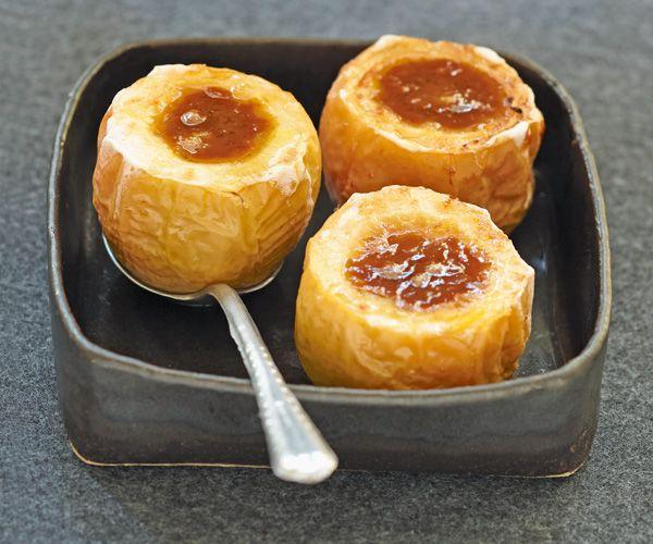 Découvrez notre recette de pommes au four au cidre et au beurre salé. Un plaisir pas très léger, mais très gourmand.