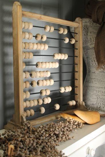Prachtig houten telraam, mooi in een landelijk interieur. Kijk voor meer landelijke woonaccessoires bij http://www.aviale.nl
