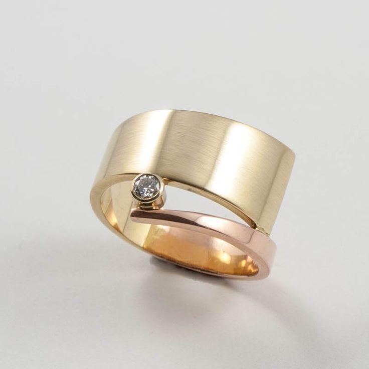 Spiraalring in geelgoud en roodgoud met een diamant. Te koop in de winkel en in onze webshop www.heleenhoogenboom.com