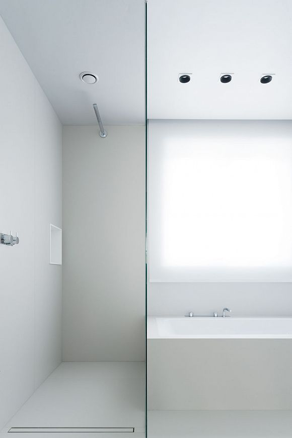 Bathroom in white by Studio Niels.