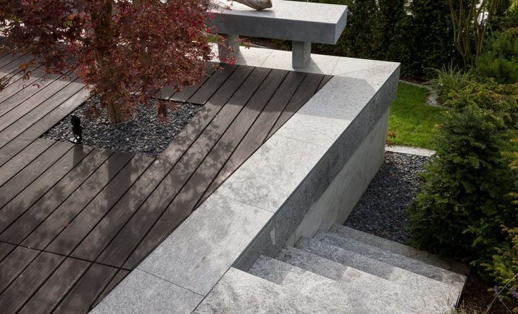 Natursteintreppe bei Terrassenanlage
