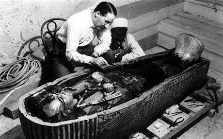 Los 90 años del hallazgo de la tumba de Tutankamón, en el Museu Egipci. En la foto, Howard Carter trabaja en el sarcófago de Tutankamón. FOTO: HARRY BURTON