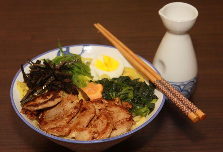Lámen leva macarrão, espinafre, nori (alga), cebolinha, ovo cozinho e fatias de carne de porco grelhadas no sumisô.