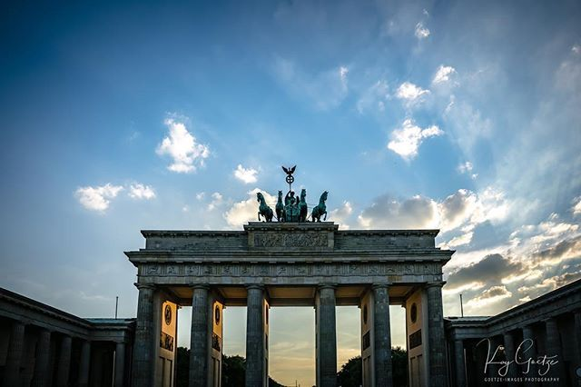 Brandenburg Gate At Sunset Brandenbuggate Brandenburgertor Berlinwall Sunset Berlin Germany Berlinstagram Be Brandenburger Tor Visit Berlin Brandenburg