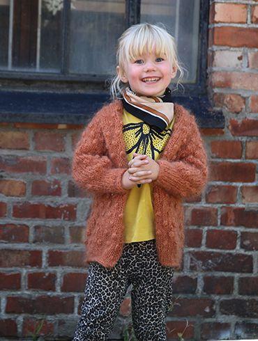 Strikka dotter i mohairgarn - tett i tett. Vi elsker denne jakka, og har strikka den både til liten og stor. Og som genser. Og som kåpe.