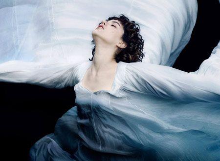 映画『ザ・ダンサー』の作品情報:19世紀から20世紀にかけて活躍したダンサーのロイ・フラーの人生に迫る伝記ドラマ。シルクの布や照明を独創的に使ったダンスで、新たな可能性を世に示した彼女の生きざまを描く。メガホンを取るのはステファニー・ディ・ジュースト。