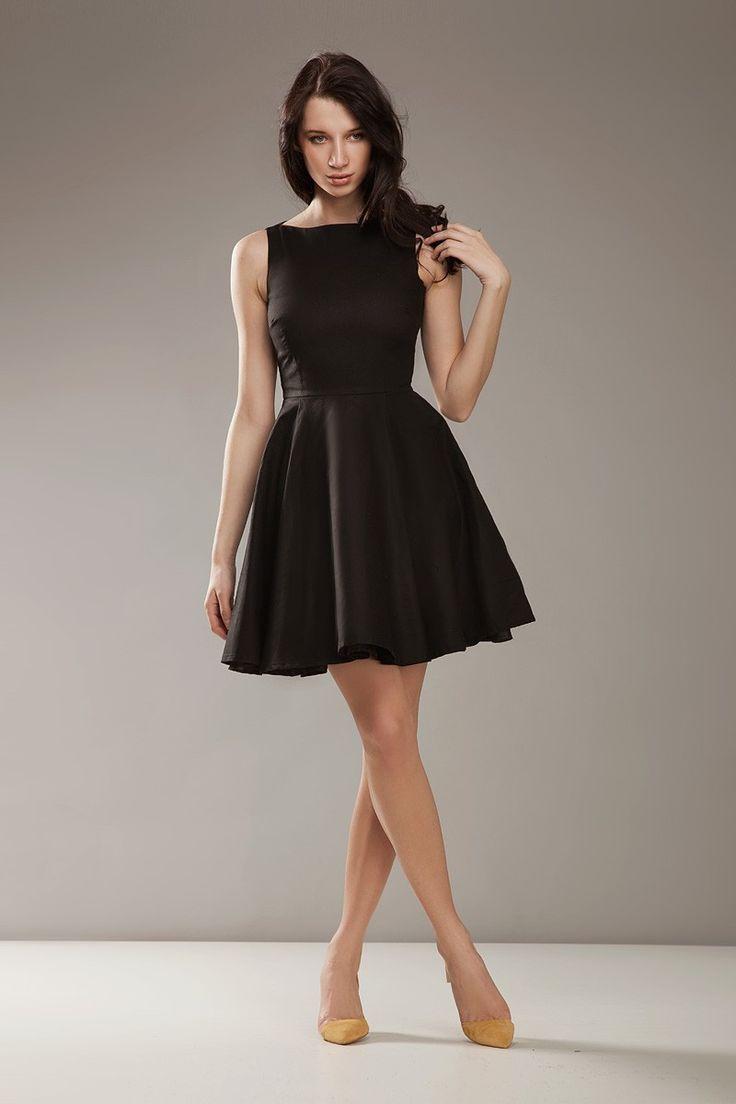 Niezwykle elegancka sukienka na ramiączkach. Mocno dopasowana góra uwydatnia walory kobiecej sylwetki świetnie komponując się z rozkloszowanym dołem. Podkreśli Twój temperament i doda szlachetnej elegancji.
