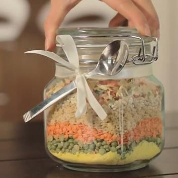 Que ce soit pour se faire un dîner express pour le boulot ou bien pour offrir en cadeau, voici comment faire une soupe sèche en pot joliment décoré!