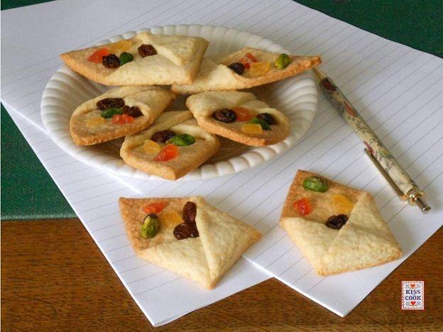 Biscotti a forma di bustina, molto carini e insoliti, decorati con frutta candita, uvetta, frutta secca, secondo i vostri gusti.