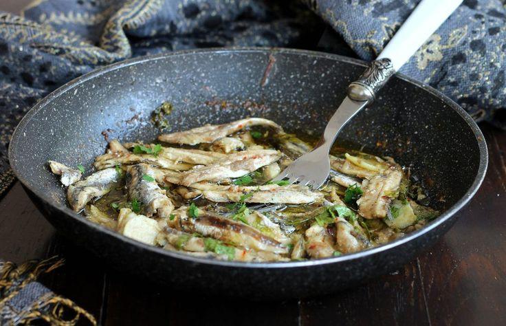 Alici arreganate ricetta piatto povero della cucina napoletana. Anche dette arriganate o arrecanate. Facili, veloci ed economiche, sono molto profumate.
