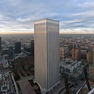 La Torre Picasso, de 157 mertos de altura, es una torre madrileña situada en el complejo AZCA, cerca del metro Santiago Bernabéu. La construyó el arquitecto Minoru Yamasaki, japonés nacionalizado en USA. Yamasaki fue el autor también de las desaparecidas Torres Gemelas del World Trade Center de Nueva York. El rascacielos fue diseñado en 1974, y construido en la década de los ochenta.