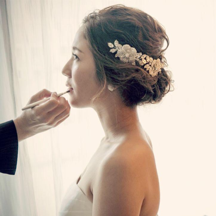 オシャレな花嫁様のヘアアレンジは、こなれ感が魅力的で華やかなレディシニョン。 ビジューのヘッドドレスとのコーディネートも素敵です♪