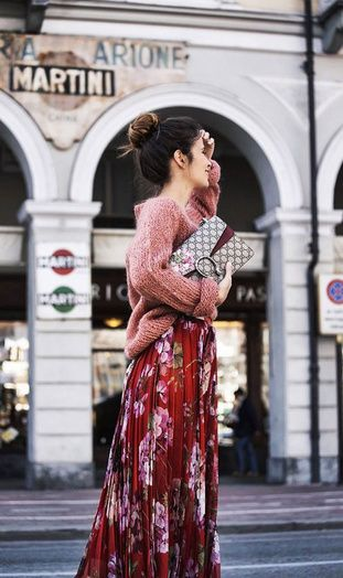 Un pull tout doux avec une jupe fleurie