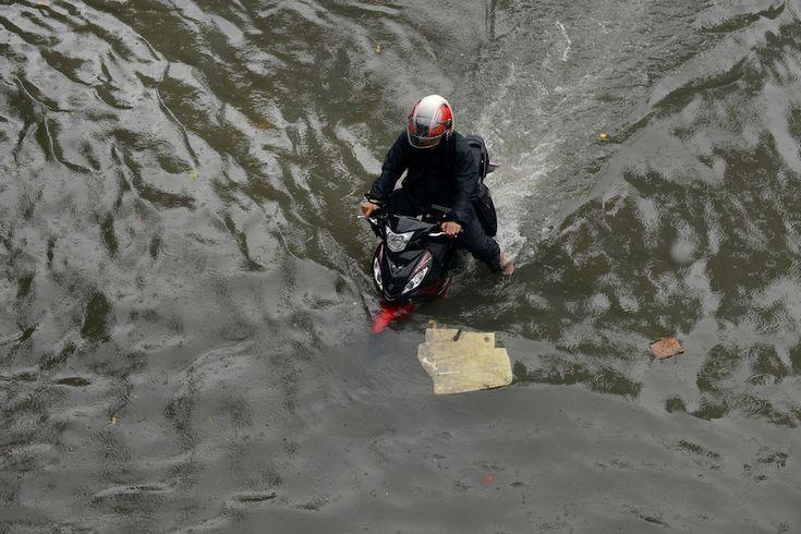 IlPost - Manila, Filippine - Una persona in motorino in una strada allagata a causa delle forti piogge che sono cadute sulla capitale negli ultimi giorni, e che hanno portato alla chiusura delle scuole e degli uffici governativi.  (NOEL CELIS/AFP/Getty Images)