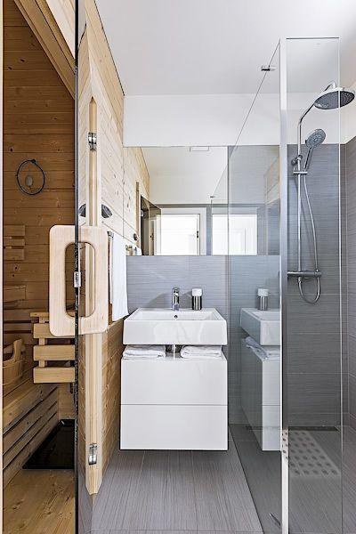 V přízemí domu mohou majitelé relaxovat v sauně, prostorný sprchový kout je příjemný bonus.