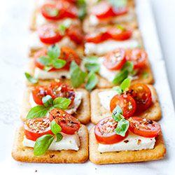 Mini kanapeczki na krakersach z mozzarellą i pomidorkami | Kwestia Smaku