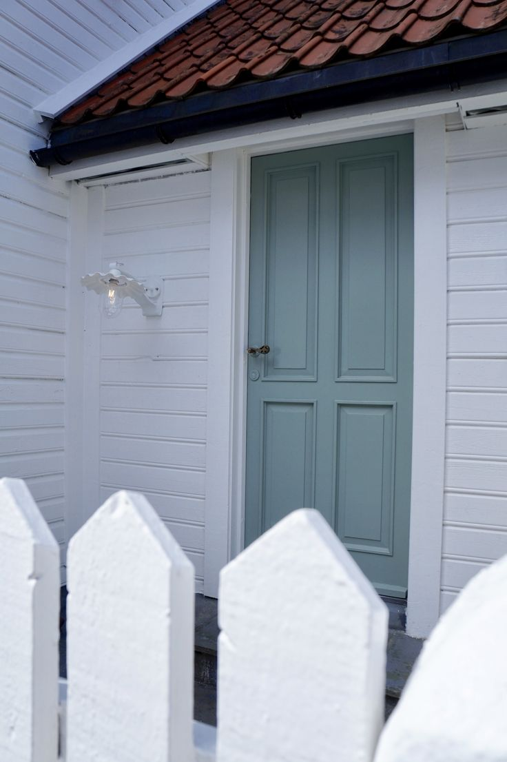Beautiful green door in #flekkefjord #hollenderbyen @monatersdal