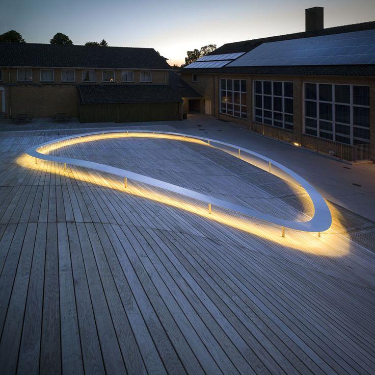 La célèbre agence d'#architecture néerlandaise BIG, associée aux ingénieurs de Grontmij, anciennement Ginger, a conçu la nouvelle salle polyvalente Haute Qualité Environnementale du lycée Gammel Hellerup au nord de Copenhague.