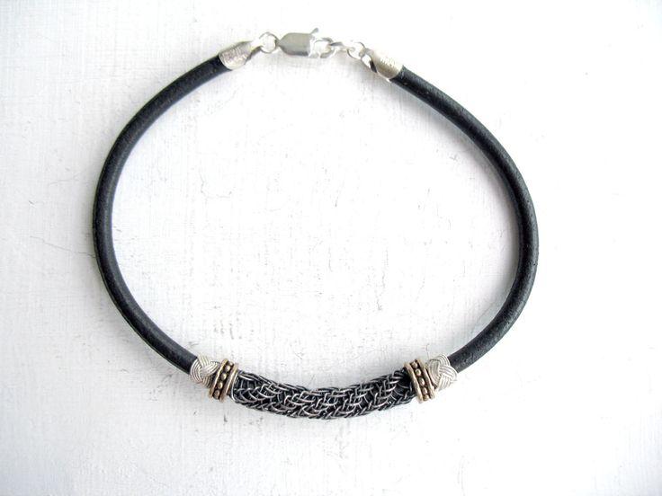 Geoxideerde Pure zilver draad Kazaziye brei armband, een van een soort. Het is volledig handgemaakt door mij. Het is dus licht dat het kant voelt.  Het handgemaakte geoxideerde puur zilver Kazaziye deel is 43 x5 mm. Zwarte lederen koord heeft een diameter van 3mm. Er zijn twee delen van de geoxideerde sterling zilveren en twee bronzen kralen.  Kies grootte.  VANWEGE DE GEVOELIGE AARD VAN HANDGEMAAKTE SIERADEN IS HET STERK AANBEVOLEN DAT U BLOOTSTELLING VAN UW SIERADEN OM WATER BIJ HET…