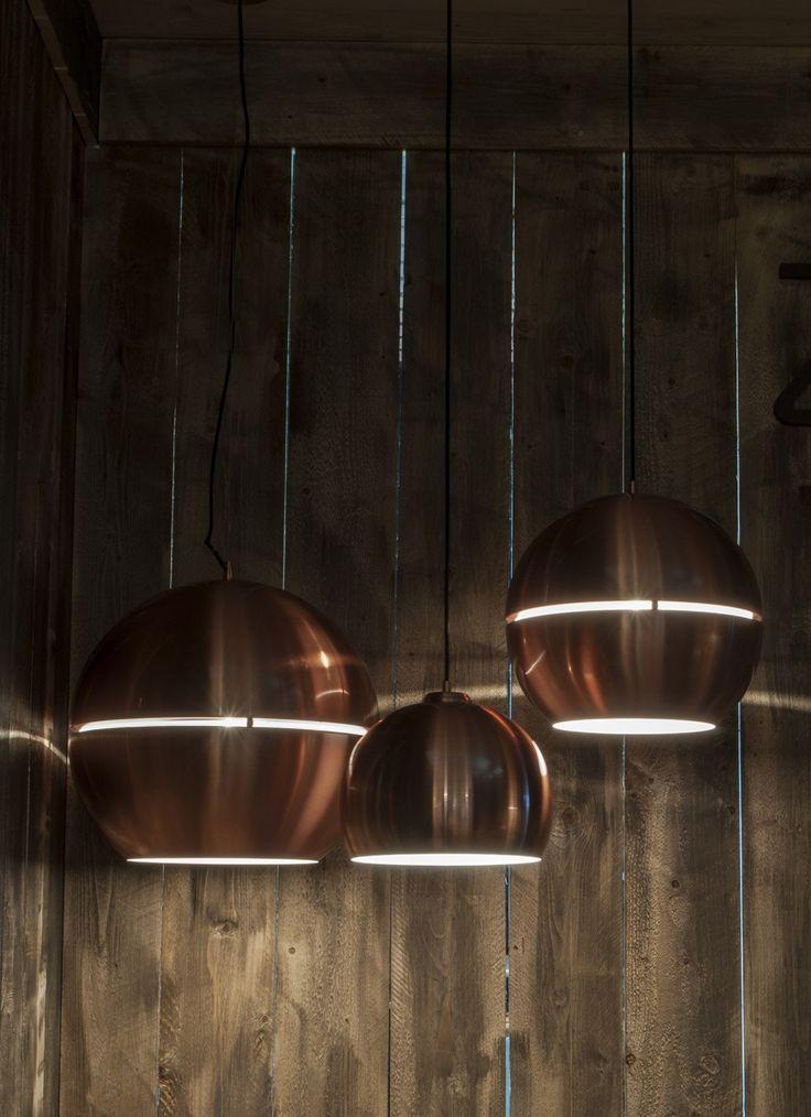 De Zuiver Retro '70 Chrome hanglamp r40 is gemaakt van verchroomd metaal. De lamp heeft een diameter van 40 centimeter en een hoogte van 37 centimeter. De snoerlengte is 117 centimeter. Het plafondkapje heeft een diameter van 12 centimeter. Deze hanglamp geeft direct licht naar beneden, hierdoor is hij goed geschikt als verlichting boven de eettafel. De lamp heeft alleen een snoer en wordt geleverd zonder lichtbron.
